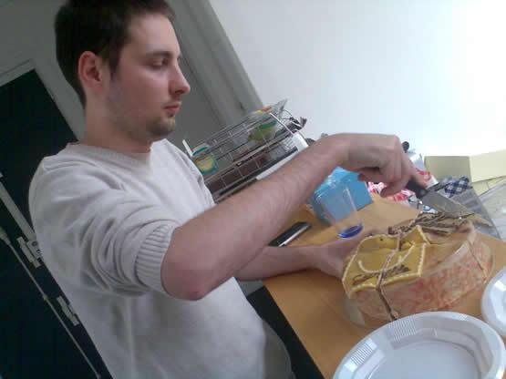 Cyrille kills its birthday cake