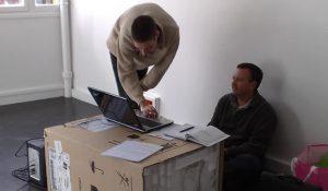 Cyril et Cyrille en brainstorming sur leur beau bureau